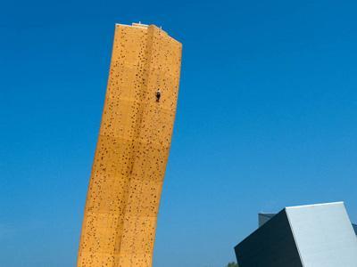 Wow, Ini Dia Wall Climbing Tertinggi di Dunia!