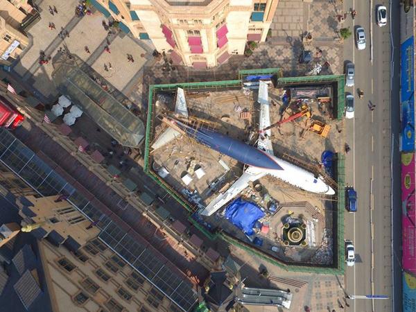 Pesawat Batavia Air Parkir di Tengah Jalanan Curi Perhatian Warga Cina