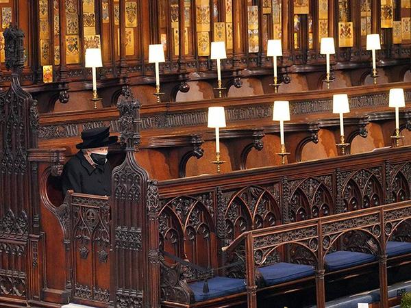 Alasan Ratu Elizabeth II Duduk Sendirian Saat Pemakaman Pangeran Philip