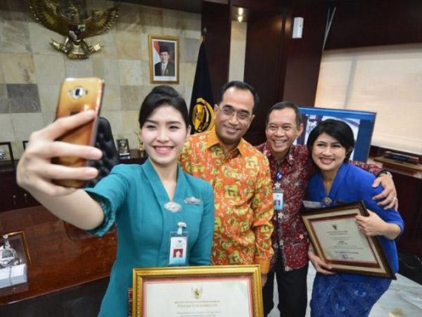 Aksinya Viral di Media Sosial, Pramugari Garuda Ini Dapat Penghargaan dari Menhub