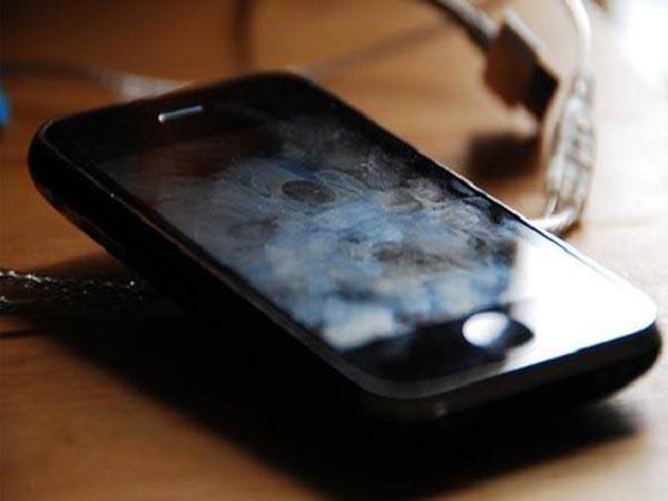 Layar Smartphone Berminyak ? Ikuti Langkah – Langkah Ini Untuk Membersihkannya