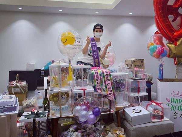 Song Ji Hyo Dibanjiri Hadiah Penggemar di Ultah ke-40 Tahun