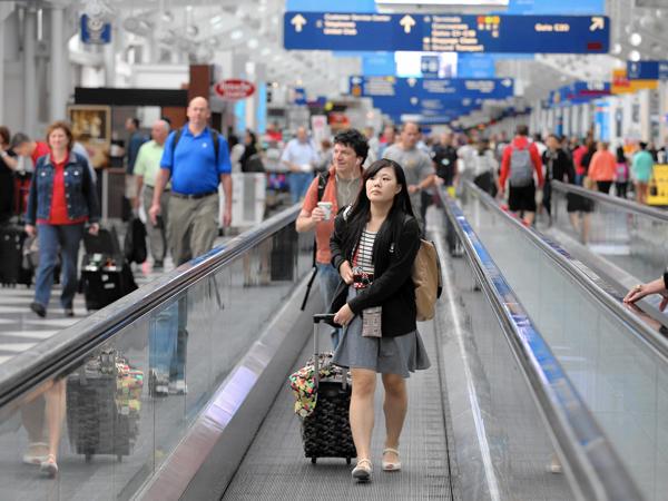 Daripada Kesal, Para Traveler Ini Punya Cara Unik Atasi Delay di Airport