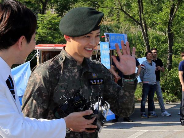 Orang Tua Song Joong Ki Berikan Hadiah Spesial Untuk Fans yang Sambut Kepulangan Anaknya