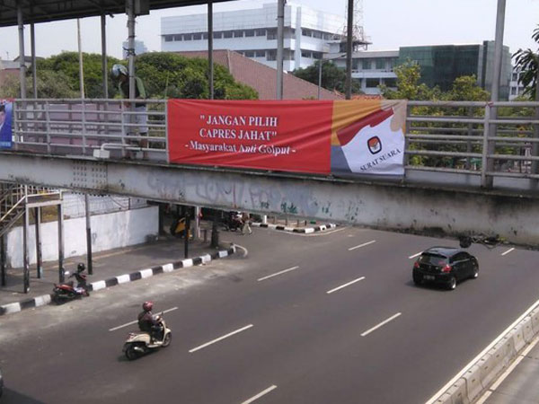 Terpampang Spanduk Bertuliskan 'Jangan Pilih Capres Jahat' di Sejumlah JPO di Jakarta Pusat