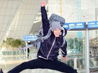 Bantu Penjual di Pasar, Kim Hyun Joong Kenakan Sarung Batik!