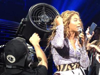 Wah, Rambut Beyonce Tersangkut di Kipas Besar di Panggung!