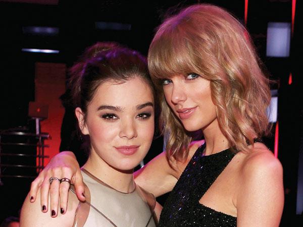 Tergabung di Satu Skuad, Hailee Steinfeld Mengaku Tidak Dekat dengan Taylor Swift