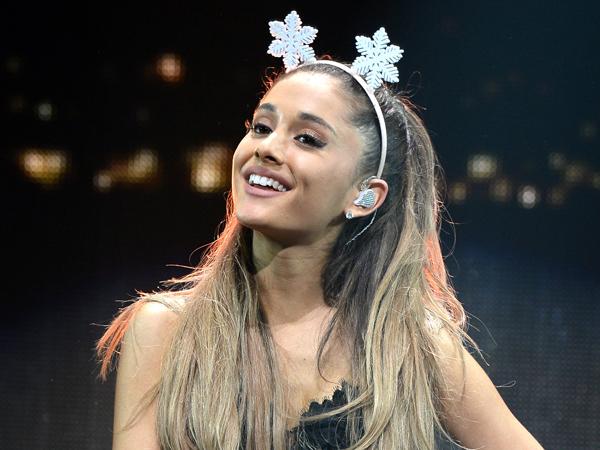 Tampil Terlalu Bersemangat, Ariana Grande Jatuh di Panggung!