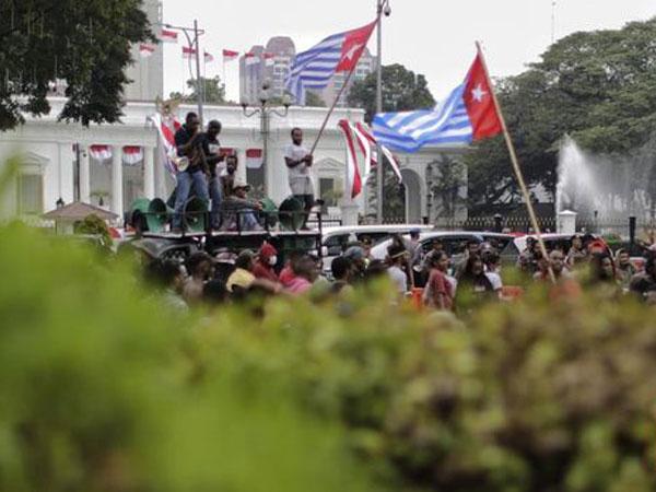Ada Hukumnya, Tapi Bagaimana Bisa Bendera Simbol 'Merdeka' Bintang Kejora Berkibar di Depan Istana?