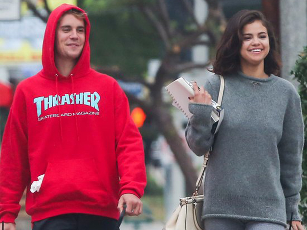 Selena Gomez Tertangkap Kamera Berikan Ciuman Manis untuk Justin Bieber!