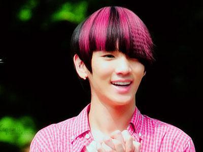 Wow, Key SHINee Cekatan Warnai Rambutnya Sendiri Dirumah!