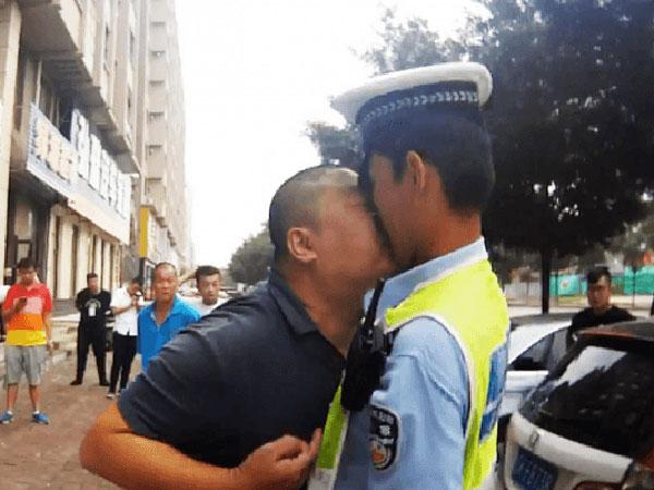 Viral Aksi Pria Tiongkok Nekat Cium Polisi di Pinggir Jalan