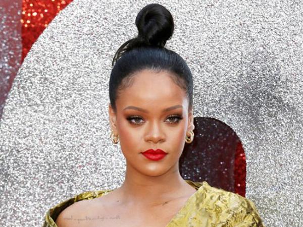 Perut Buncit Rihanna Jadi Sorotan, Tengah Hamil?