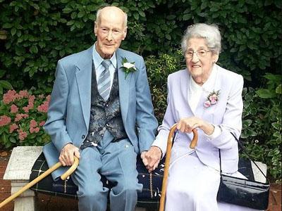 Pacaran 20 Tahun, Akhirnya Pasangan ini Nikah di Usia 90 Tahun