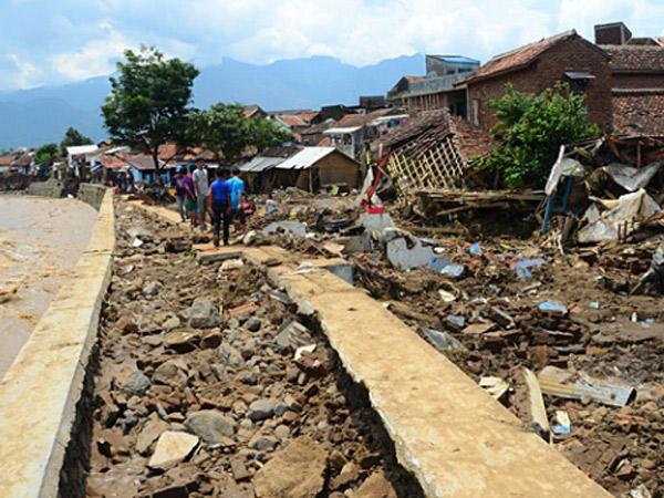 Korban Tewas Banjir Bandang Jadi 23 Orang, Ratusan Warga Garut Mengungsi