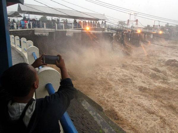 Anies - Sandiaga Tak Kompak Soal Istilah Penanggulangan Banjir Jakarta