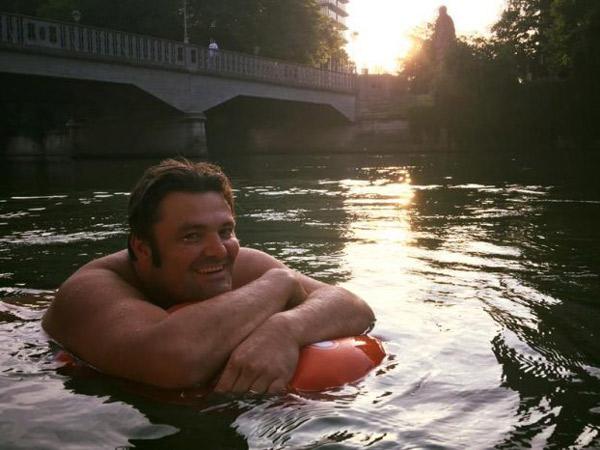 Malas Terjebak Macet, Pria Ini Nekat Berenang Ke Kantor!