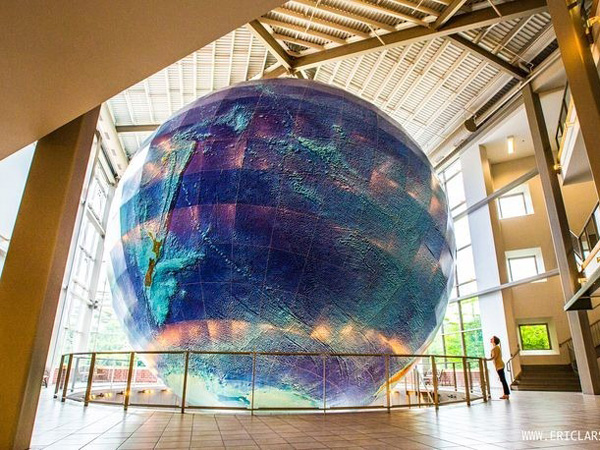 Keliling Dunia Via Globe Terbesar Ini Yuk!