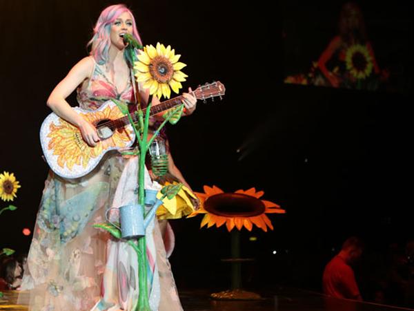 Dikaitkan dengan Isu Politik di Taiwan, Bagaimana dengan Kostum Konser Katy Perry di Jakarta?