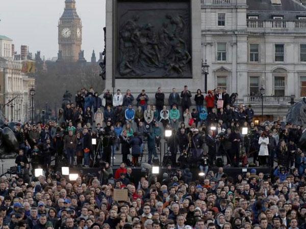Duka Mendalam, Ratusan Orang Berdoa untuk Para Korban Teror London
