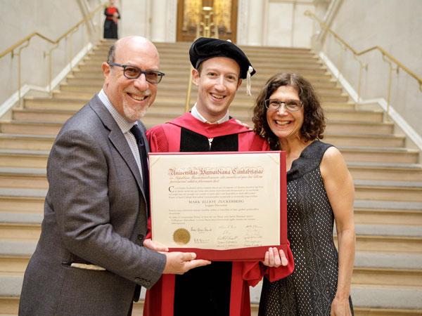 Mark Zuckerberg Akhirnya Wisuda Setelah 12 Tahun DO dari Harvard
