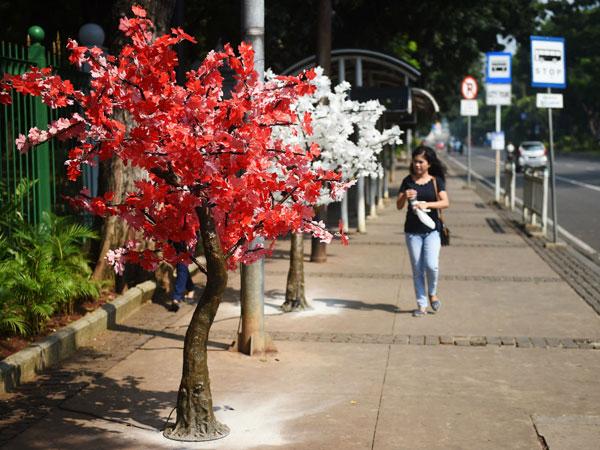 Fakta Terbaru Pohon Plastik di Trotoar Jakarta yang Ternyata Senilai Ratusan Juta Rupiah