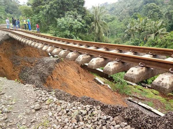 Penampakan Ngeri Rel Kereta Api Menggantung Akibat Longsor di Bogor