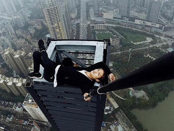 Video Detik-detik Menegangkan Selebgram Tewas Saat Foto dari Gedung Tinggi