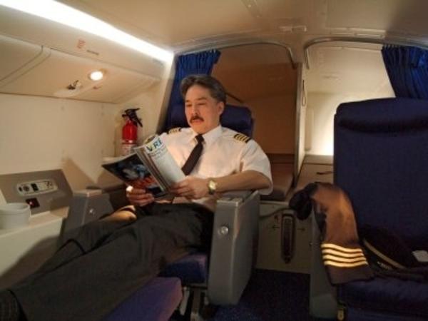 Simak Jawaban Dari Apakah Seorang Pilot Boleh Tidur di Pesawat Selama Perjalanan Udara?