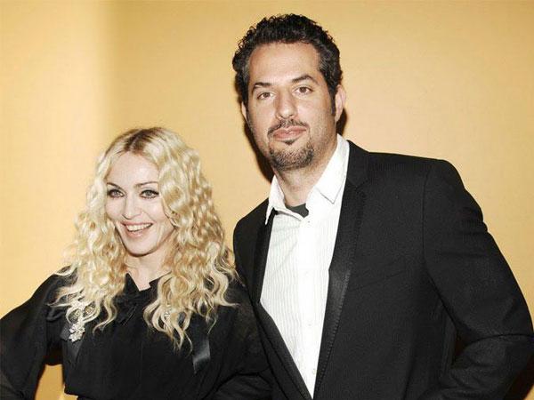 Cara Manis Madonna dan Managernya Kenang Peringatan 20 Tahun Album 'Ray Of Light'
