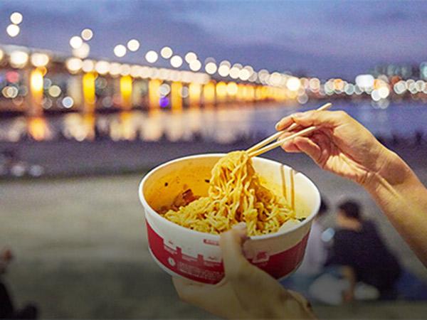 Menikmati Pemandangan Malam Sungai Han Sambil Makan Ramyeon Toserba