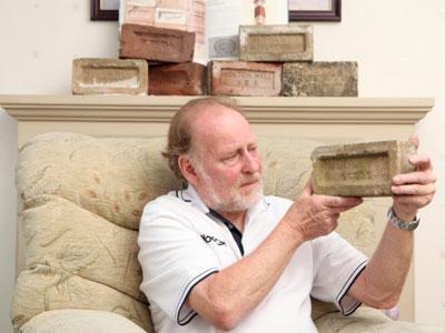Pria Ini Kumpulkan Batu Bata Selama 20 Tahun