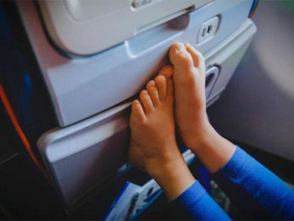 Ini Bahayanya Jika Melepas Alas Kaki di Pesawat