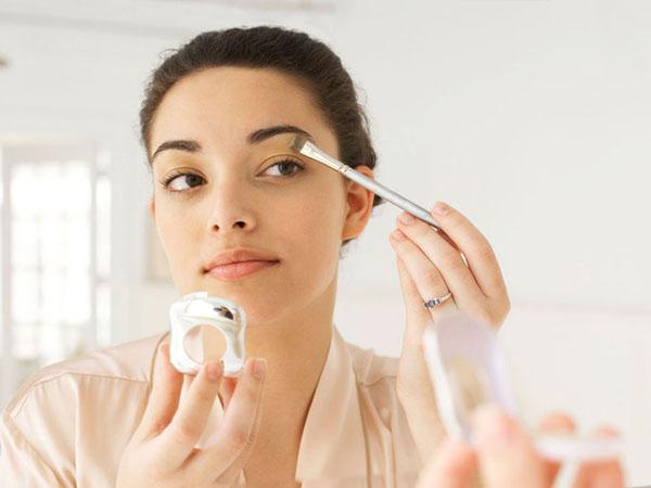 Simak Tips Make Up Singkat di Pagi Hari untuk Cewek yang Sibuk
