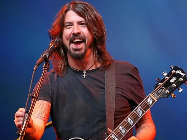 Patah Tulang Saat Konser, Dave Grohl Foo Fighters Nekat Teruskan Penampilan!