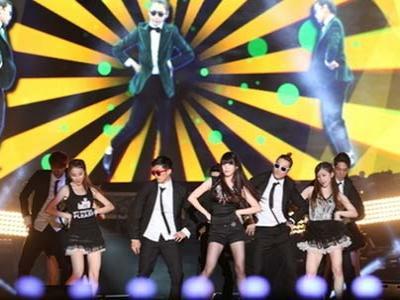 IU Ber-Gangnam Style di Encore Konsernya