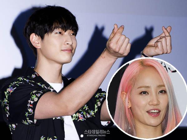 Makin Terbuka dengan Hubungan Asmaranya, Jinwoon Tertangkap 'Senyumi' Artikel Tentang Ye Eun