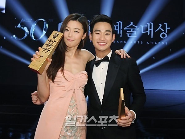 Baeksang Awards Jadi Ajang Reuni Chun Song Yi & Do Min Joon 'Man From the Stars'!