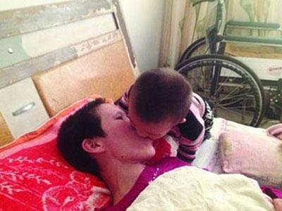Balita 2 Tahun Kunyahkan Makanan Untuk Ibunya yang Lumpuh
