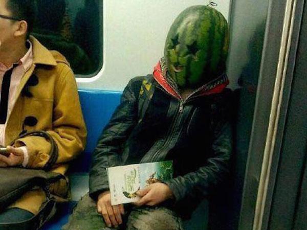 Beijing Dihebohkan dengan Kemunculan Manusia Berkepala Semangka di Dalam Subway!