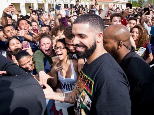 Drake Traktir Warga Satu Supermarket 'Sembako' hingga 650 Juta!