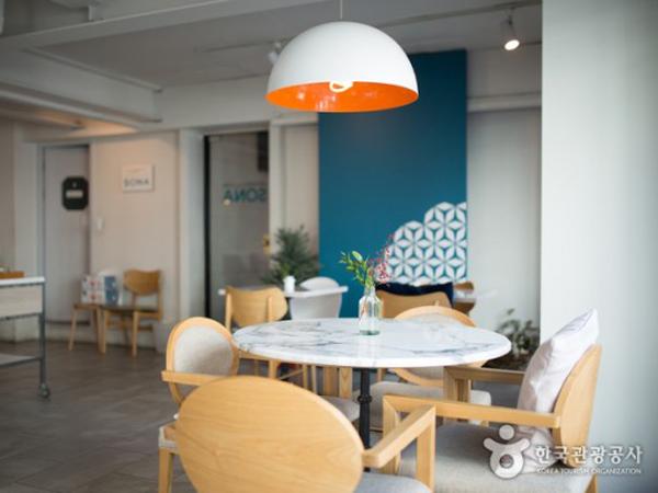 Kolaborasi Gaya Amerika-Prancis yang Ditawarkan Kafe Dessert Populer Korea, Sona