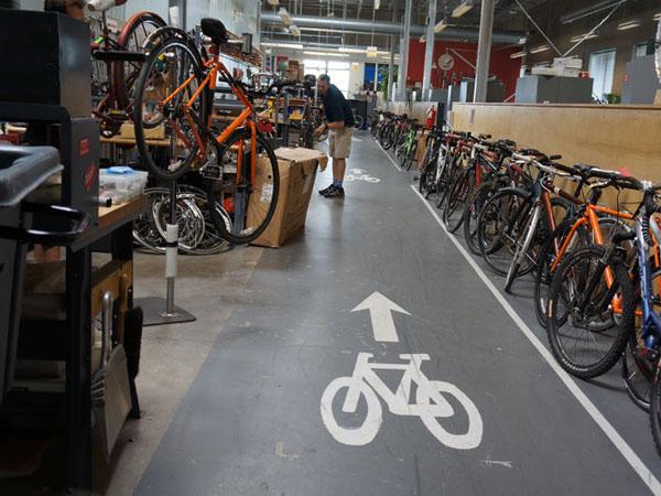 Manjakan Karyawan, Kantor Ini Punya Lintasan Sepeda di Ruangannya