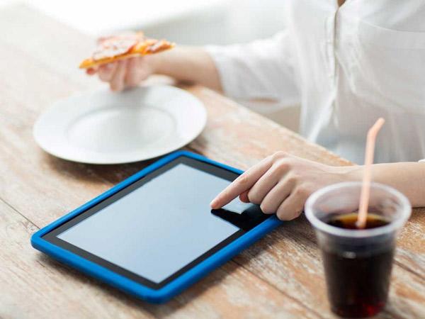 Main Gadget dan Kebiasaan Buruk Lainnya yang Harus Dihindari Saat Makan