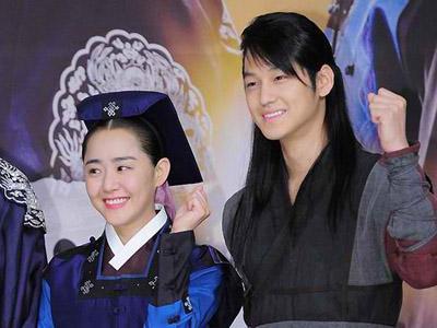 Liburan ke Praha, Kim Bum dan Moon Geun Young Terlihat Kenakan Jaket Pasangan!