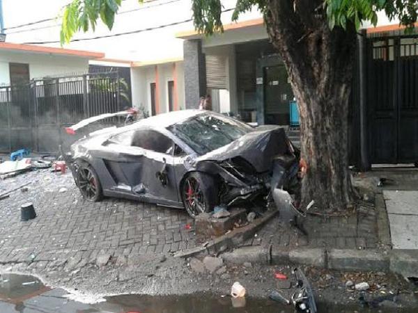 Video Lamborghini Tabrak Warung Jamu Jadi Viral Di Media Sosial