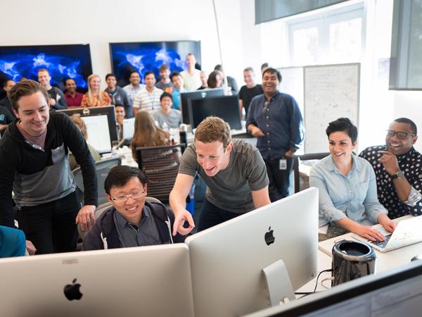 Pamer Facebook Versi 'Kuning', Mark Zuckerberg Bocorkan Fitur Rahasia