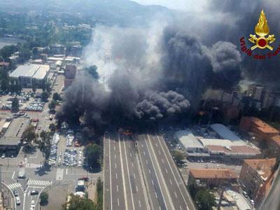 Dahsyatnya Penampakan Bola Api Raksasa Akibat Ledakan Truk Tangki di Tengah Jalan Italia