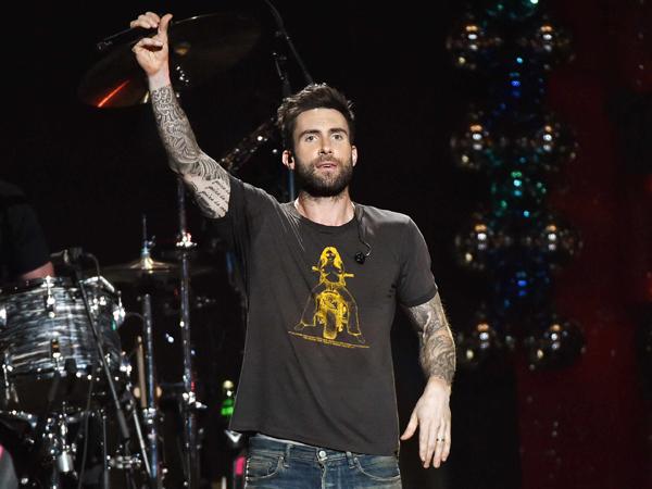 Adam Levine Penjarakan Penggemar Maroon 5 yang 'Menyerang' Dirinya di Panggung?